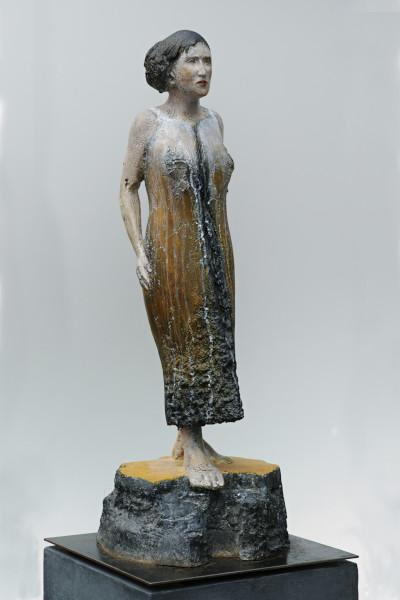 Plastik, Schreitende Frau, figurative Bildhauerei, farbige Skulptur